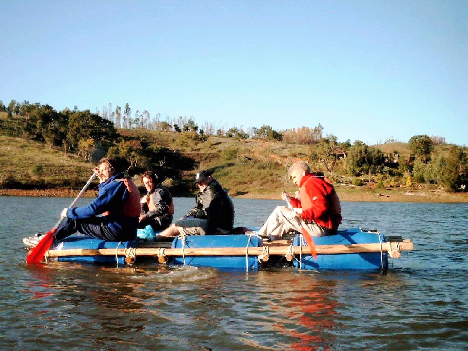 Floßbau auf dem See mit Mannschaft